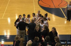 marquette-redmen-girls-basketball-team-huddle